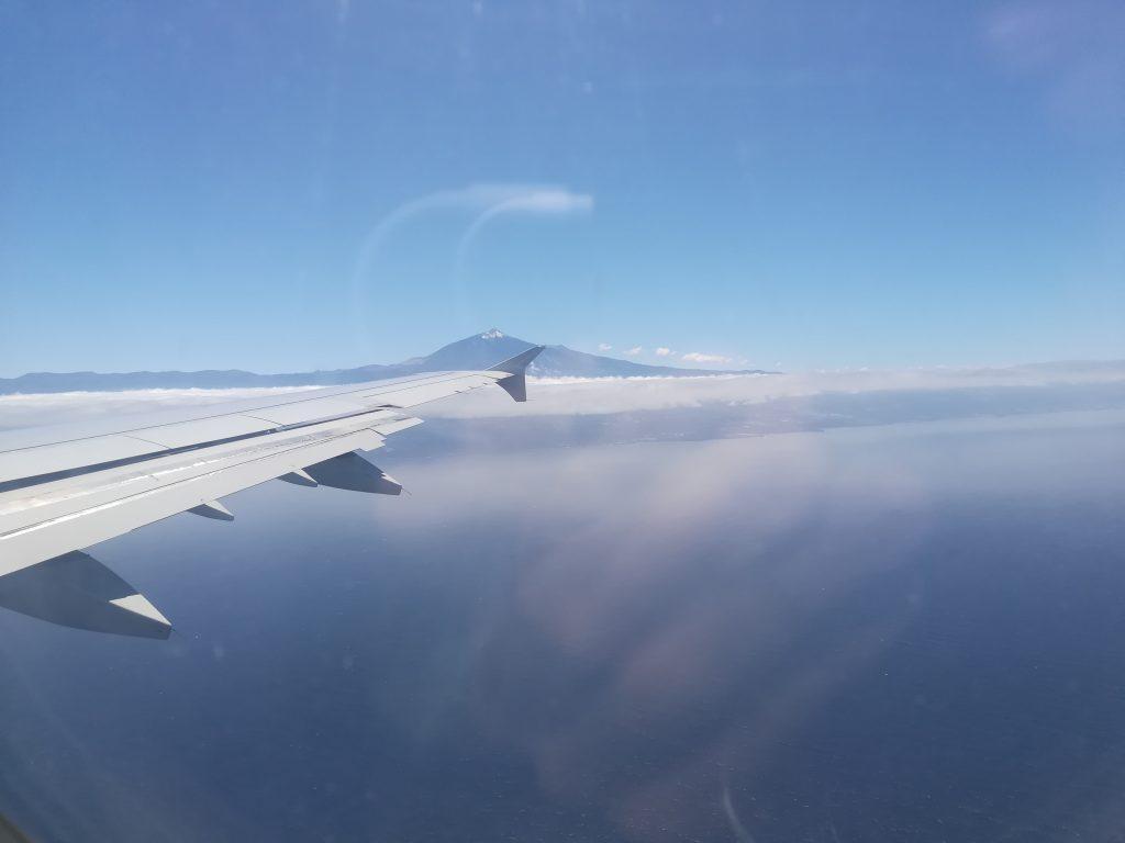 El Teide y la costa norte de Tenerife desde el aire, la tierra de Pedro Guerra.