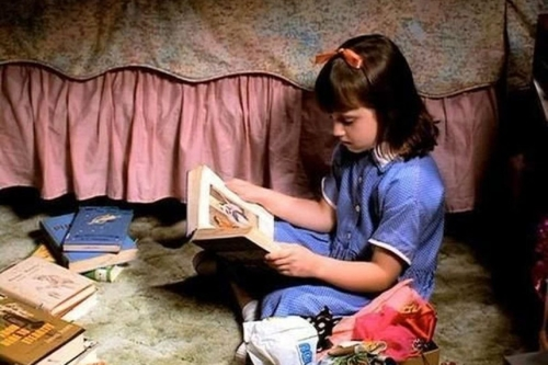 Matilda leyendo