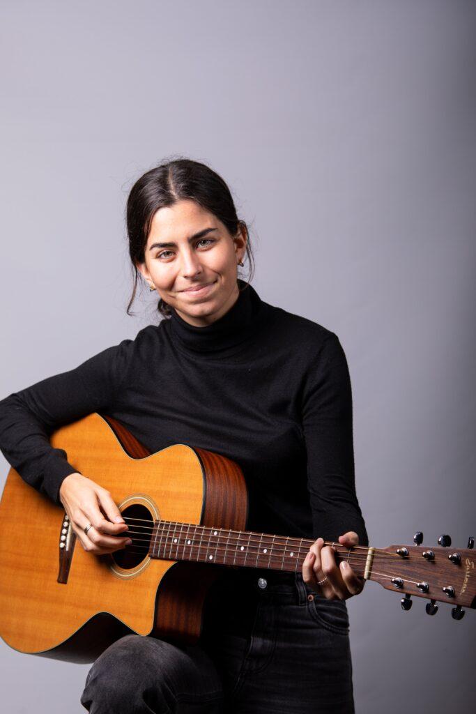 Clara H. es una cantautora madrileña